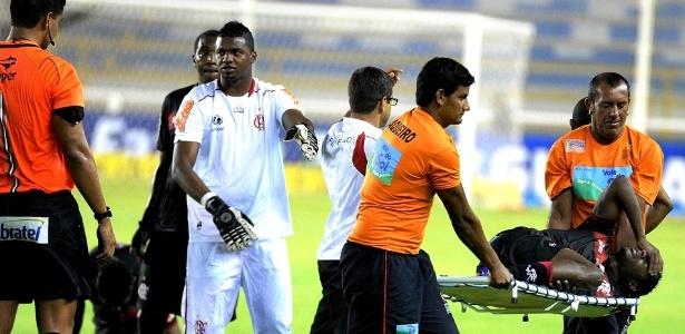 Felipe reclama do árbitro do jogo, enquanto Willians sai carregado de maca com dores