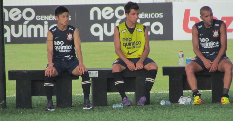 Zizao assiste ao treino ao lado de Émerson, que voltou a treinar nesta quinta-feira