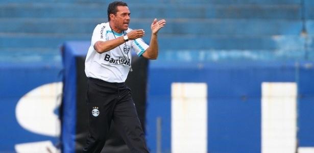 Luxemburgo orienta jogadores do Grêmio em treinamento (02/03/2012)