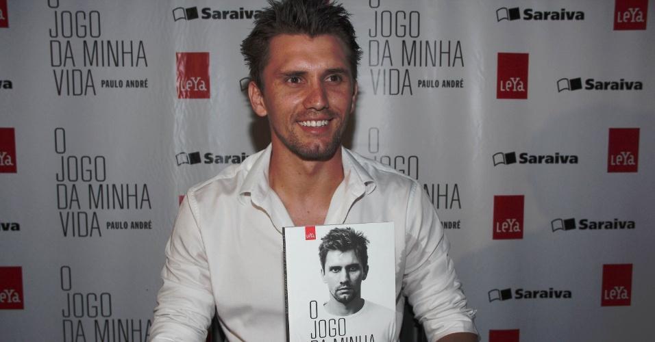O zagueiro Paulo André lançou seu livro em um shopping de São Paulo (01/03/2012)
