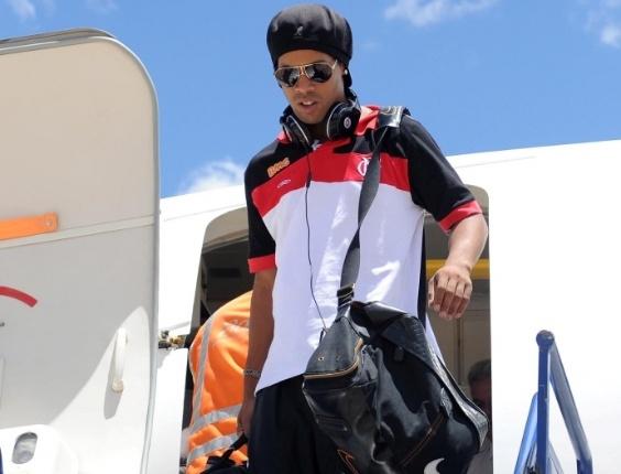 Ronaldinho Gaúcho chega em Macaé para se apresentar ao Flamengo (02/03/2012)