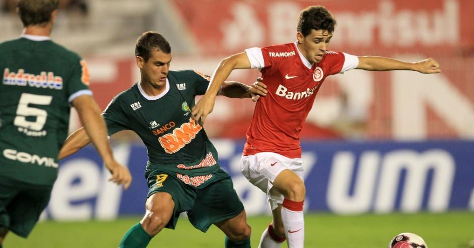 Meia Oscar divide bola no meio-campo durante jogo Inter x Ypiranga-RS