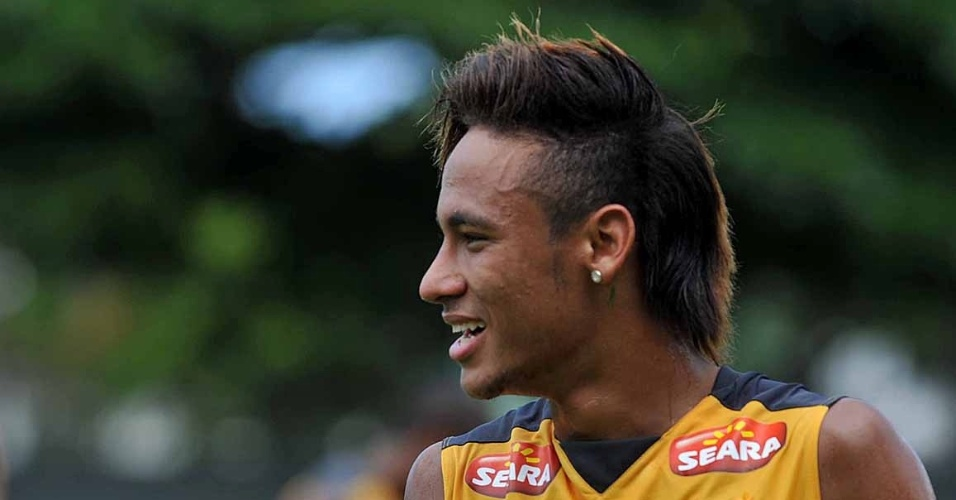 Neymar apareceu com penteado fashion antes do clássico contra o Corinthians (03/03/2012)