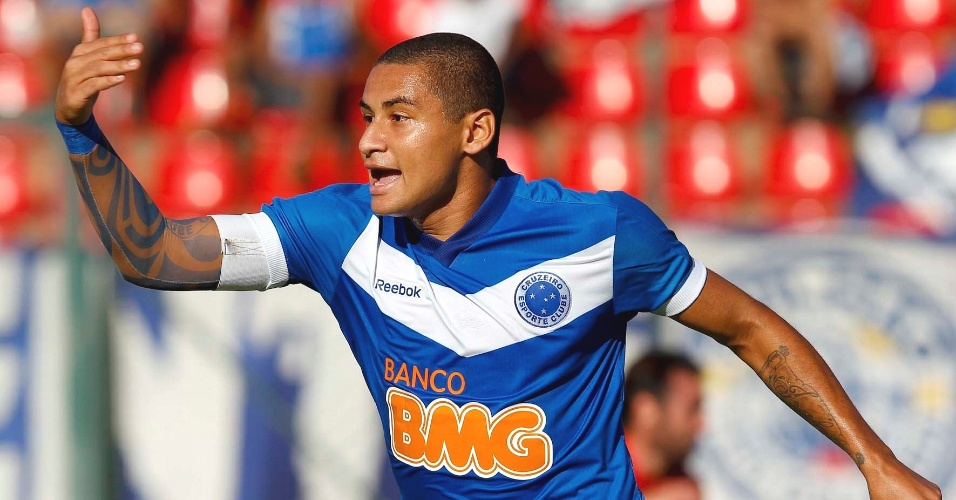 Wellington Paulista comemora gol do Cruzeiro diante do América-TO (3/3/2012)