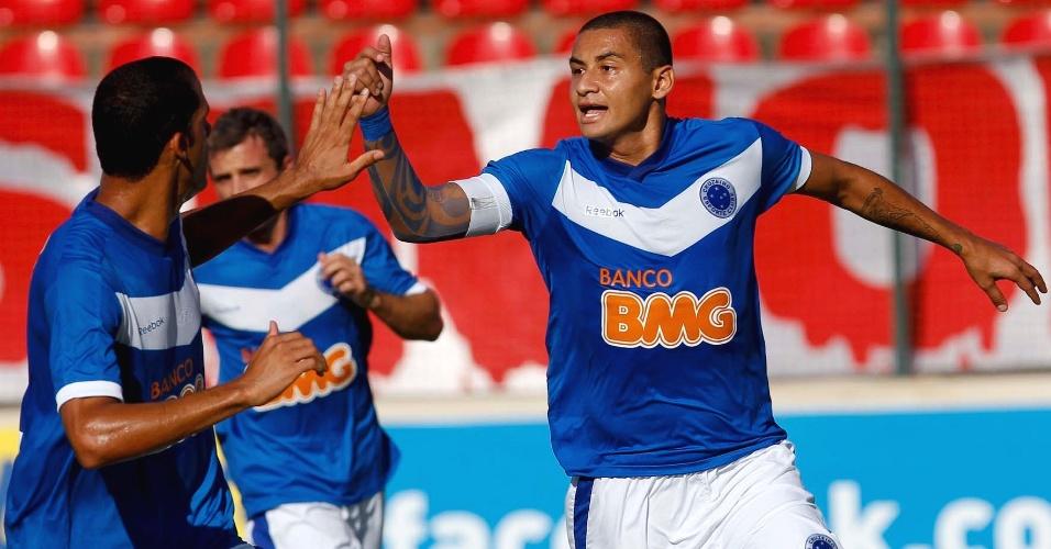 Wellington Paulista comemora gol marcado na vitória do Cruzeiro sobre o América-TO (3/3/2012)