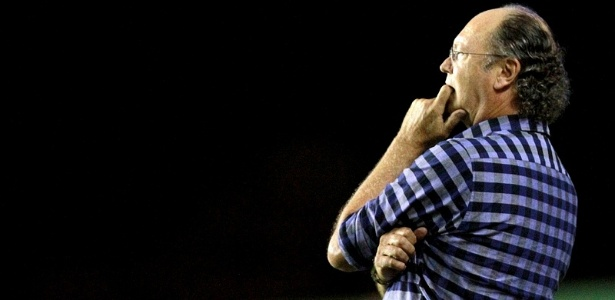 Técnico Falcão comanda o Bahia em partida contra o Camaçari, no estádio de Pituaçu (29/02/2012)