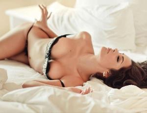 Larissa Riquelme em ensaio sensual; a musa paraguaia vai tirar a roupa no Brasil pela 2ª vez