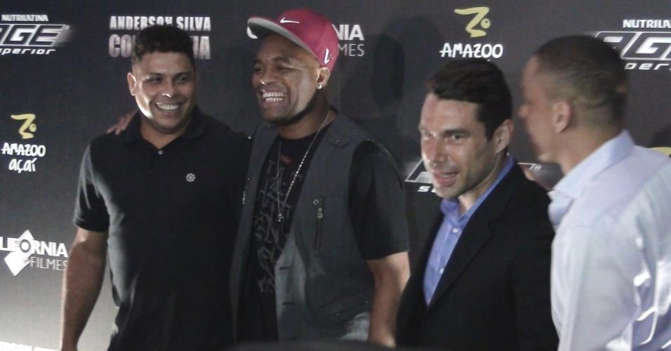 Ronaldo e Anderson Silva posam para fotos na pré-estreia do filme do lutador 'Como Água'