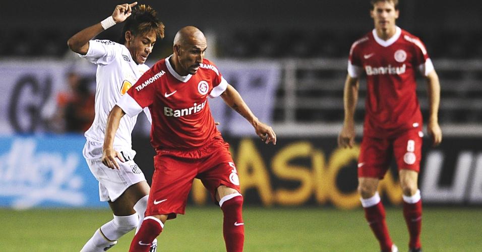 Guiñazu tenta passar por Neymar durante jogo Santos x Inter, na Vila Belmiro (07/03/12)