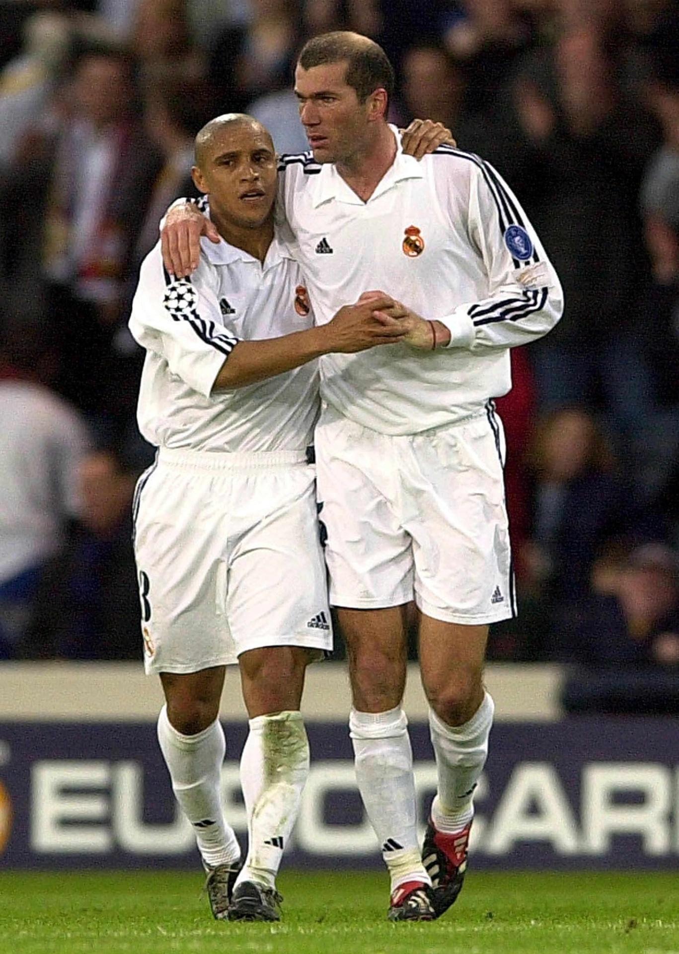 Roberto Carlos e Zidane comemoram gol na final da Liga dos Campeões 2002 contra o Bayer Leverkusen