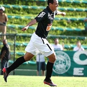 Zagueiro Emerson aposta no apoio da torcida coxa-branca na disputa pelo título com Atlético