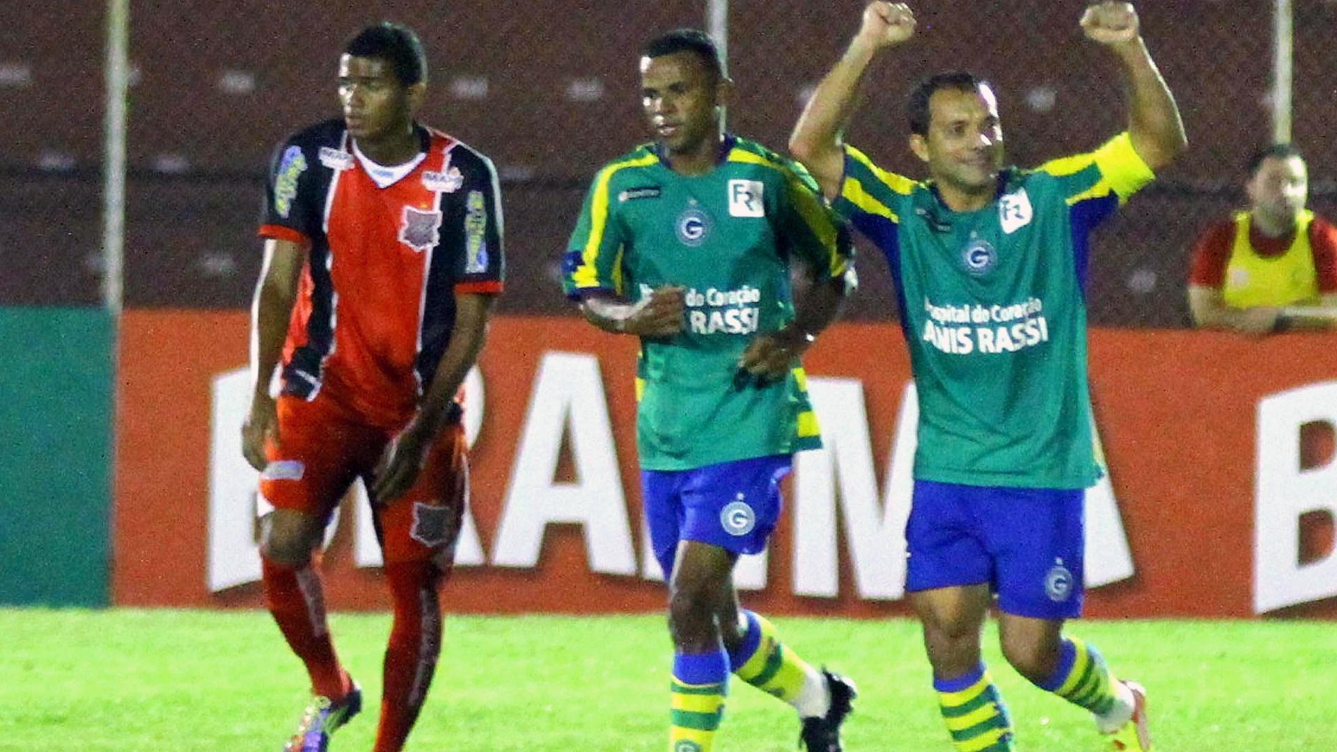 Iarley, do Goiás, comemora com Vitor após marcar gol na partida contra o Paulista, pela Copa do Brasil