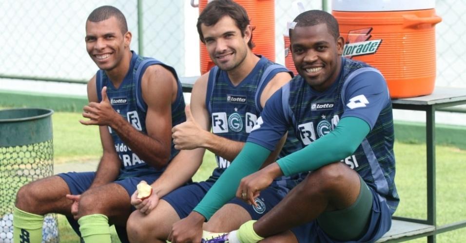 Amaral, David e Alan Bahia descansam durante treino do Goiás