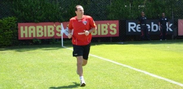 R. Ceni deu voltas nos gramados após iniciar nova etapa no processo de recuperação de uma cirurgia no ombro direito (09/03/2012)