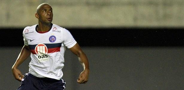 Zagueiro Rafael Donato, do Bahia, observa a bola durante partida contra o Camaçari, pelo Campeonato Baiano (29/02/2012)