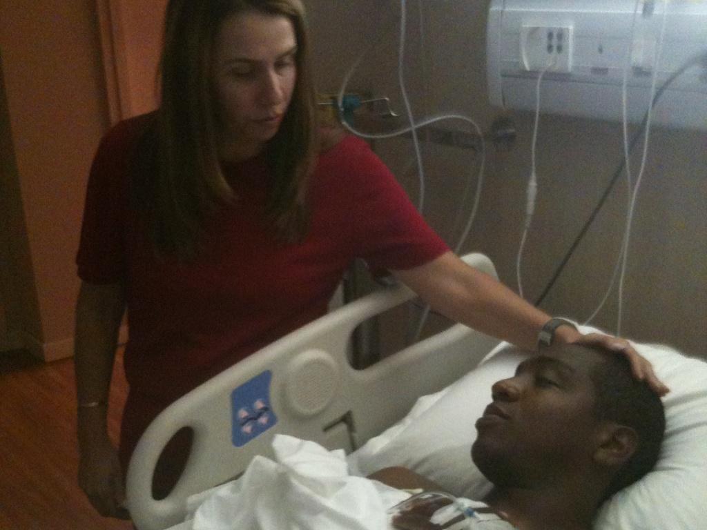 Presidente Patrícia Amorim visita Renato Abreu no hospital após meia ser submetido a cirurgia no coração (10/03/2012)