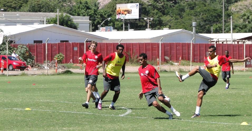 Bolatti (e) e Jô (e de colete amarelo) participaram de um treino dos reservas do Inter (11/03/2012)