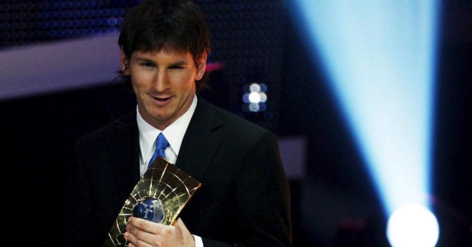 Messi recebe o prêmio de melhor jogador da Fifa na temporada 2009