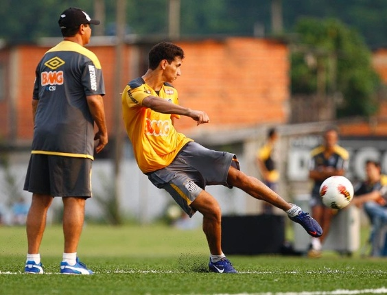 Paulo Henrique Ganso finaliza durante treino de jogadas ensaidas em gramado sintético
