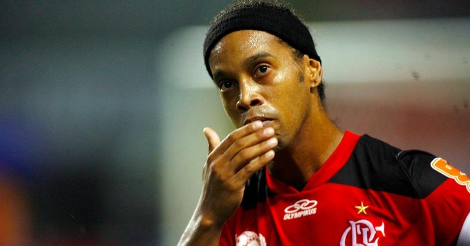 Ronaldinho comemora após marcar para o Flamengo no clássico contra o Flu (11/03/2012)