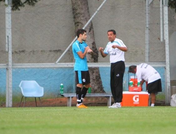 Miralles tem conversa particular com Luxemburgo em treinamento (13/03/2012)