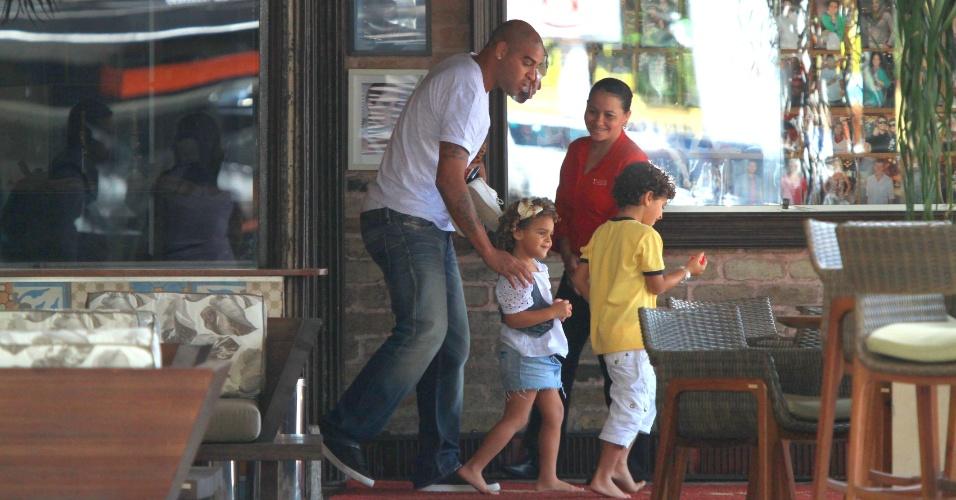 Adriano sai de churrascaria no Rio de Janeiro na companhia de crianças