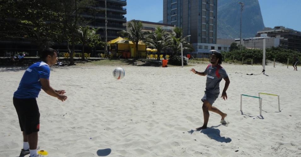 Carlos Alberto treina na praia enquanto aguarda definição do futuro no Vasco (15/03/2012)
