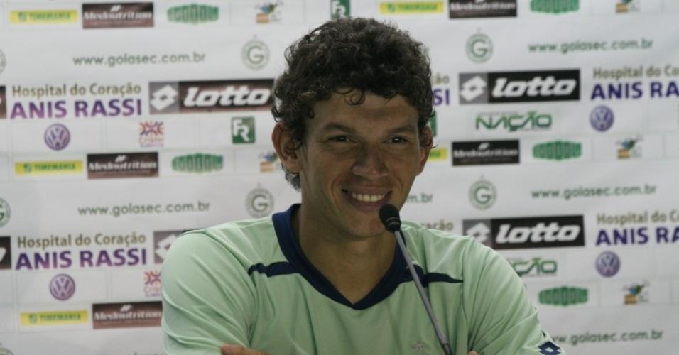 Júnior Viçosa concede primeira entrevista coletiva como jogador do Goiás