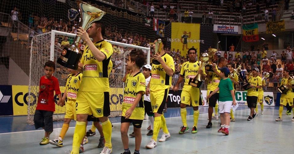 Falcão puxa a fila com troféus da Malwee na despedida do time do futsal