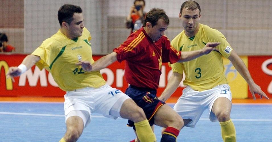 Marcelo escapa da marcação de Falcão e Schumacher em duelo Brasil x Espanha em 2004