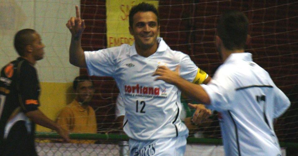 Falcão comemora gol em amistoso do Santos contra o Peixe Futsal