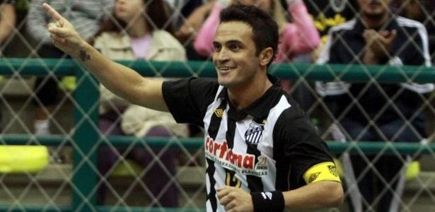 Falcão comemora após fazer o terceiro gol do Santos contra a Krona na final da Copa Gramado