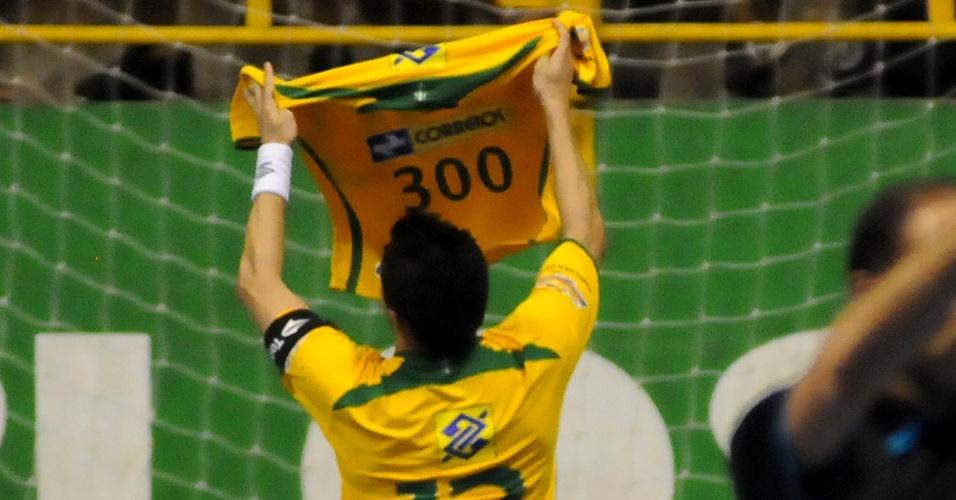 Falcão comemora gol número 300 pela seleção brasileira em amistoso contra o Uruguai