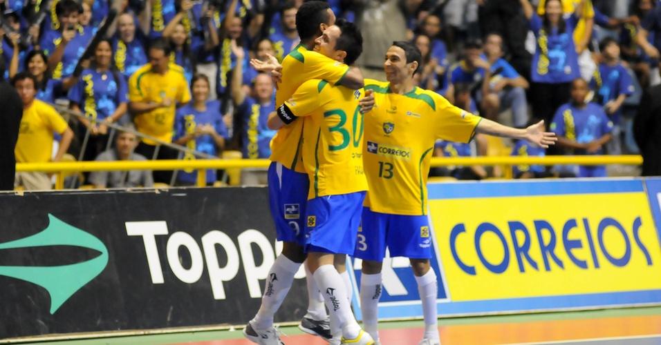 Com abraço, Falcão comemora gol da seleção brasileira em amistoso contra o Uruguai