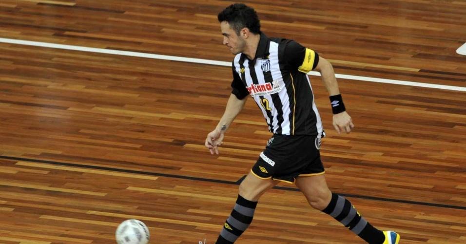 O ala e capitão Falcão é o grande destauqe da equipe santista de futsal