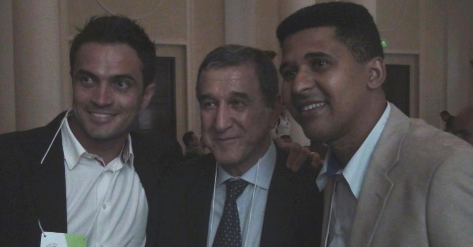 Falcão (esquerda) e Manoel Tobias tiram foto com Parreira durante o Footecon no Rio