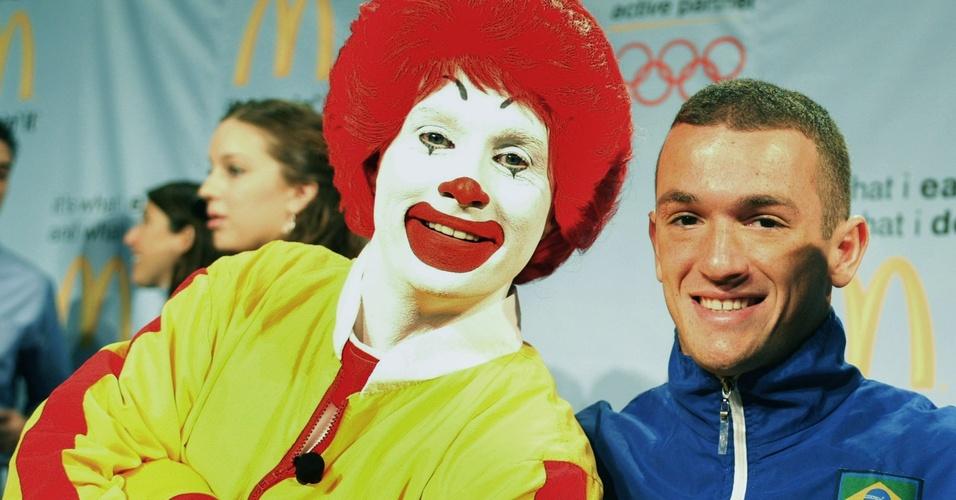 Diego Hypolito posa com o mascote do McDonald's, o palhaço Ronaldo, em evento em Nova York (08/03/2005)
