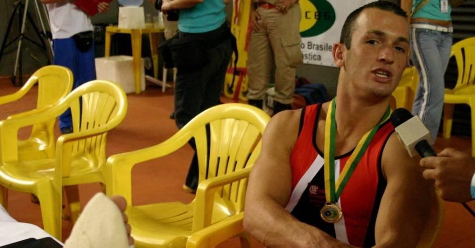 Diego Hypolito concede entrevista depois do Brasileiro de Ginástica Artística, em 2006, quando se machucou