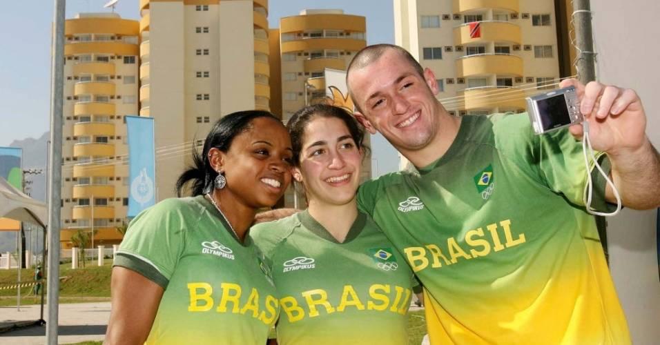 Diego Hypolito, Daniele Hypolito e Daiane dos Santos tiram fotos ao chegarem à Vila Pan-Americana do Rio em 2007