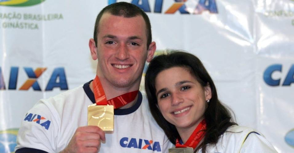 Diego Hypolito e Jade Barbosa posam com suas medalhas do Mundial de Ginástica, em 2007