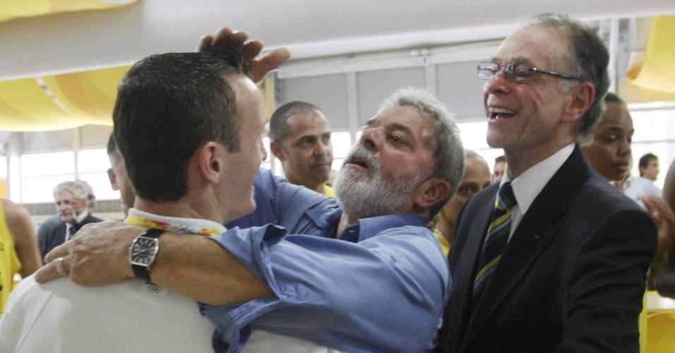 Ex-presidente Lula brinca com o ginasta Diego Hypolito, sob o olhar de Carlos Nuzman, em visita à delegação brasileira em Pequim, em 2008