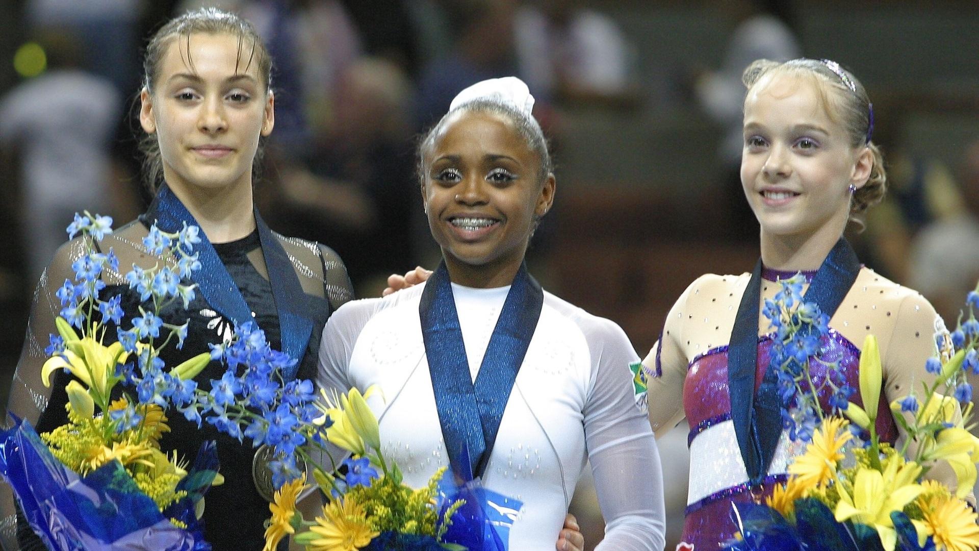 Catalina Ponor (e), Daiane dos Santos (c) e Elena Gomez em pódio do Mundial de ginástica de 2003