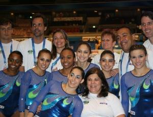 Atletas e comissão técnica da seleção brasileira feminina de ginástica no Mundial do Japão