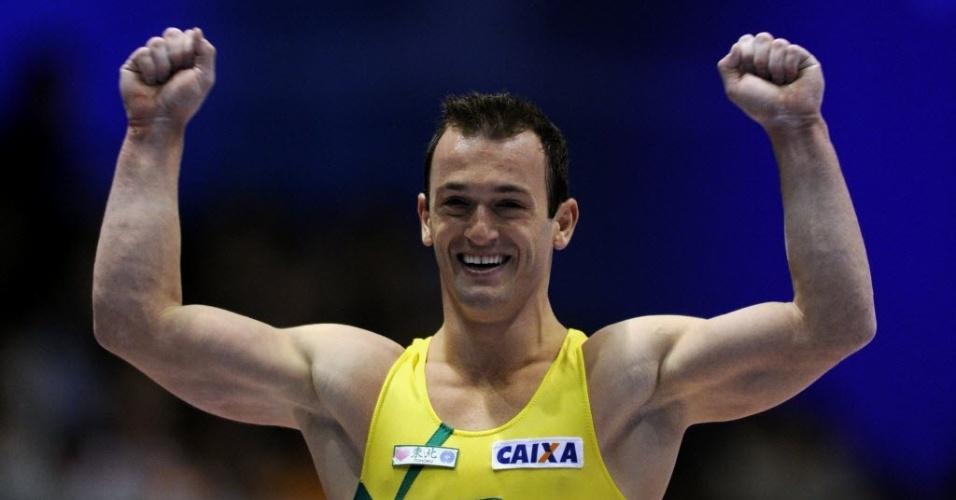 Diego Hypólito comemora após apresentação no salto no Mundial em Tóquio (09/10/11)
