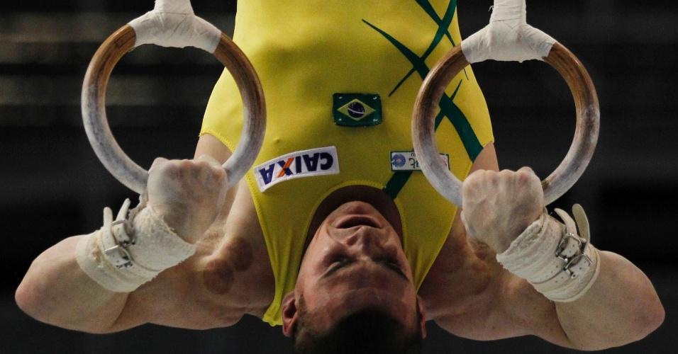 Arthur Zanetti fica de cabeça para baixo durante série de exercícios nas argolas durante o Mundial de Ginástica em Tóquio (15/10/2011)