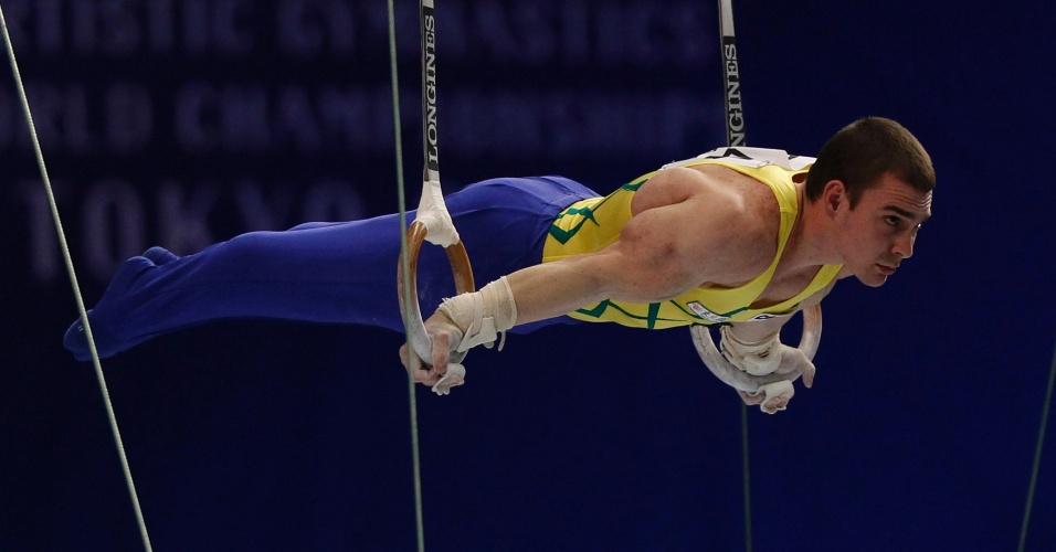 Arthur Zanetti se equilibra durante série de exercícios nas argolas no Mundial de Ginástica em Tóquio (15/10/2011)