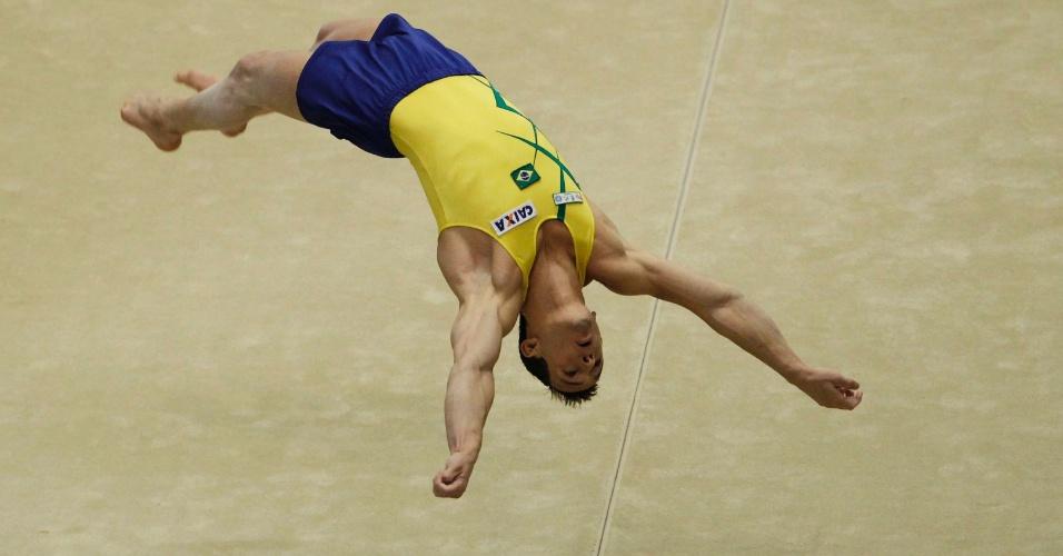 Diego Hypolito faz uma acrobacia na final de solo do Mundial de ginástica (15/10/2011)
