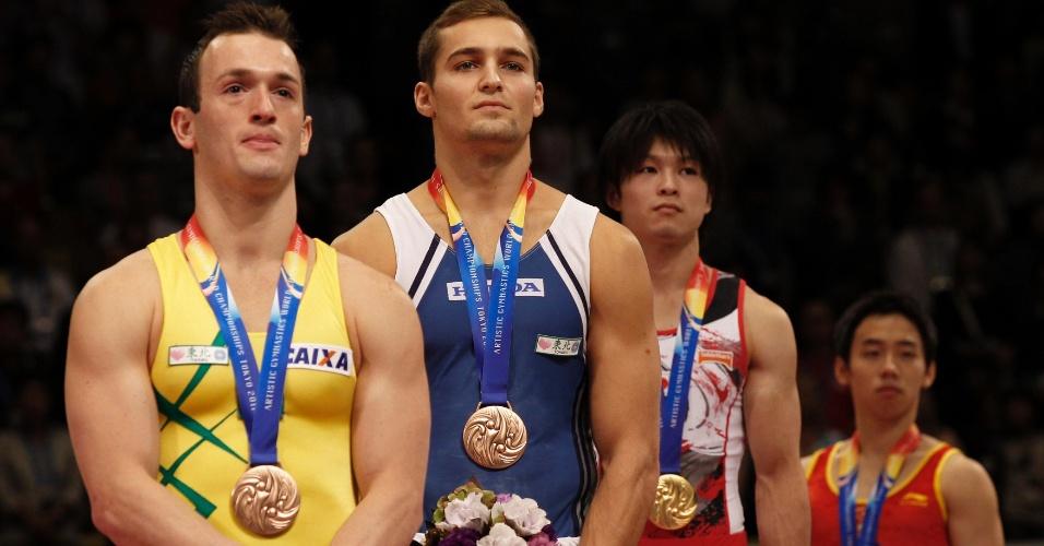 No pódio, Diego Hypolito recebeu a medalha de bronze no solo no Mundial de Ginástica em Tóquio (15/10/2011)