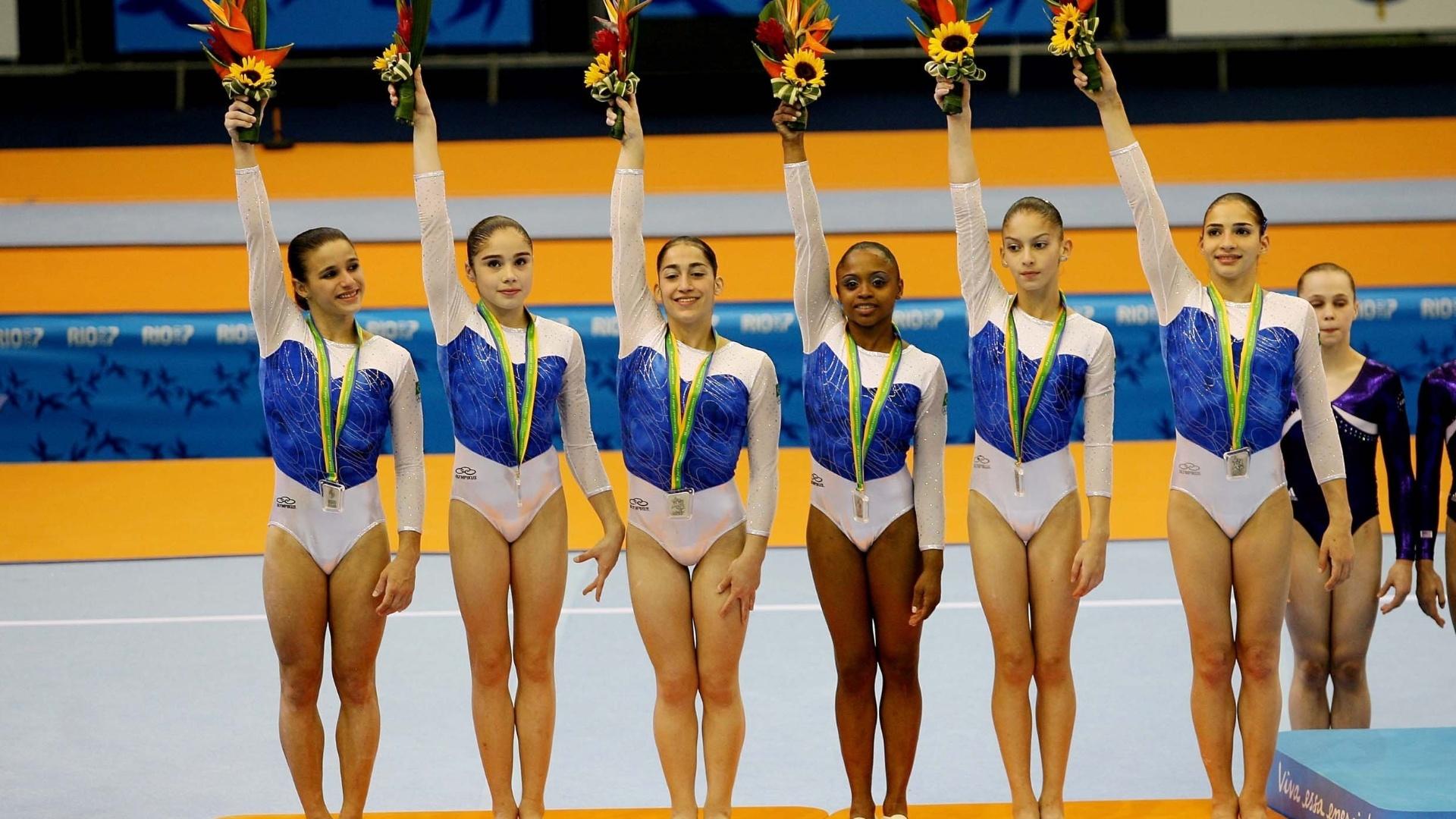 Brasileiras comemoram a conquista da medalha de prata por equipes no Pan-2007