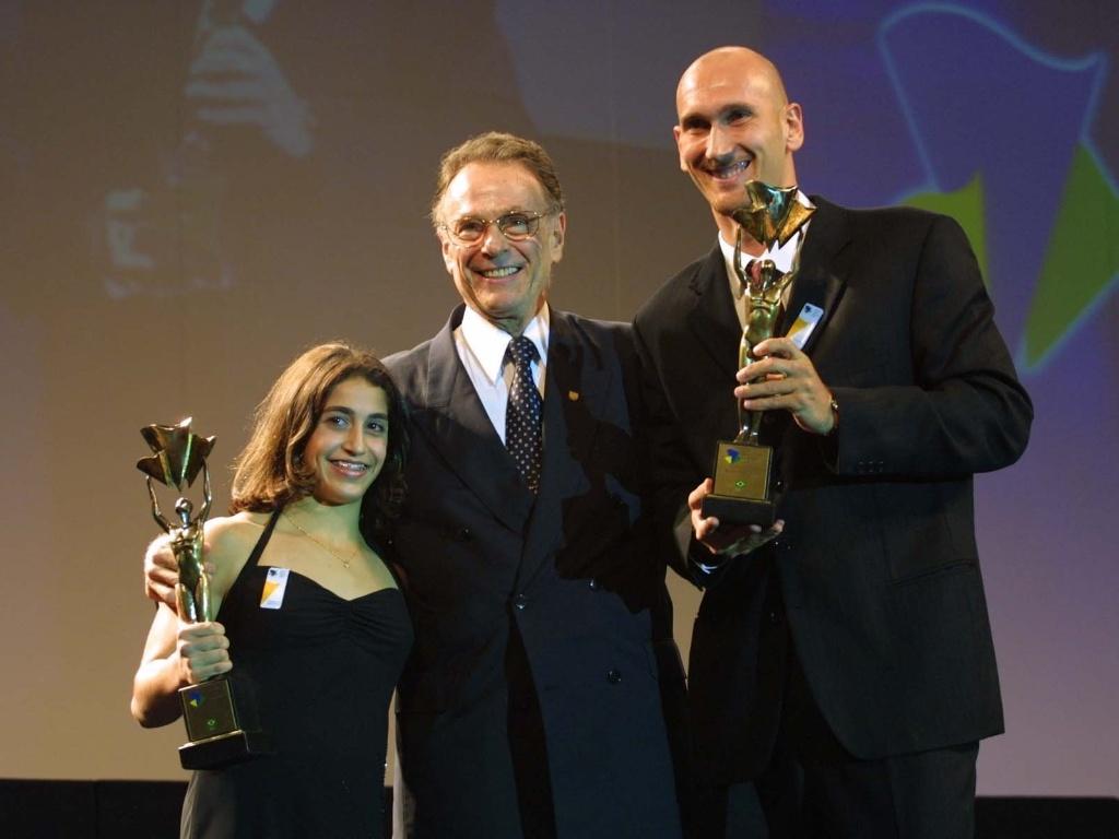 Carlos Arthur Nuzman entrega prêmios aos melhores atletas do ano de 2002: Daniele Hypolito e Nalbert